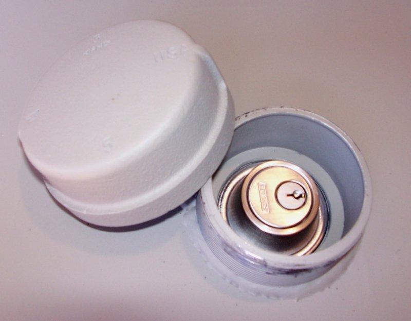 Dead bolt lock in a blast hatch