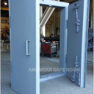 Double leaf blast door