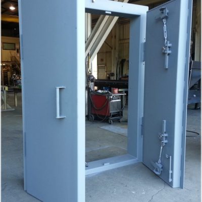 Double leaf blast door