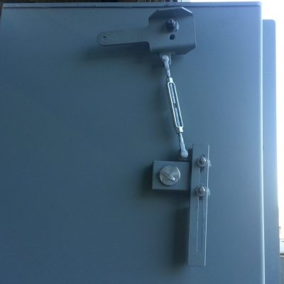 Upper latch on a double leaf blast door